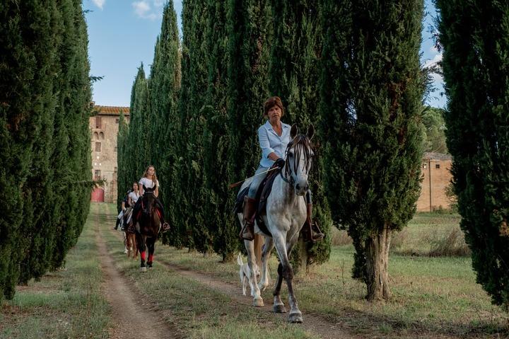 A cavallo nella campagna senese con visita di un caseificio